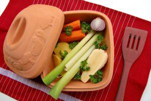 Zum erfolgreichen Abspecken gehört eine ausgewogene Ernährung die Eiweiß, Kohlenhydrate, Ballaststoffe und Vitamine liefert. Ein Gemüseauflauf ist somit empfehlenswert.