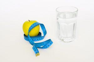 Fasten ist einfach, billig und hat entschlackende Wirkungen. Auch schnelle Abnehmerfolge sind durch die negative Kalorienbilanz garantiert.