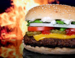 Fettreiche und kohlenhydratlastige Ernährung gilt es beim Abspecken zu vermeiden.