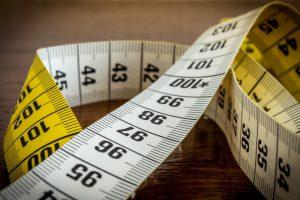 Ein Bauchumfang von 94 Zentimetern bei Männern und Frauen ab 80 Zentimetern gilt als kritisch.