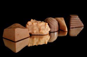 Zum Fett abbauen sollte man auf Schokolade verzichten. Sie enthält gesättigte Fettsäuren und viele Kalorien in Form von Zucker.