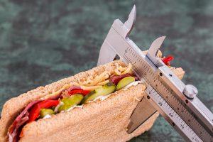 Die FdH (Friss die Hälfte)-Diät setzt auf die strikte Halbierung der aufgenommenen Nahrung und Kalorien.