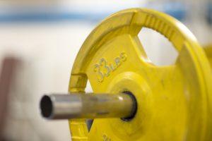 Durch Mikrorisse beim Krafttraining, dem Muskelkater und die anschließende Regeneration wächst der Muskelumfang.
