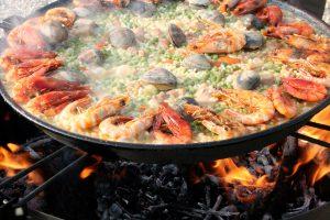 Bei der Mittelmeer-Diät stehen gesunde Zutaten wie Fisch und Gemüse im Vordergrund, wie bei einer frisch zubereiteten Paella.