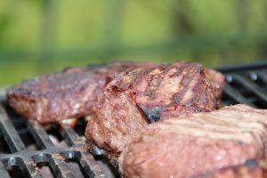 Statt der Kohlenhydrate nimmt man vermehrt Eiweiße in Form von Fleisch, Eiern, Gemüse etc. zu sich.