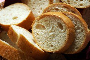 Leere Kalorien wie sie Produkte aus weißem Mehl wie Baguettes, Brötchen, Toast etc. enthalten sollte man meiden.