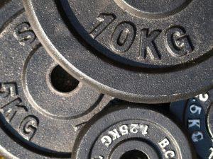 Man wählt die Gewichte für den Muskelaufbau so, dass man gerade 8 Wiederholungen schafft.