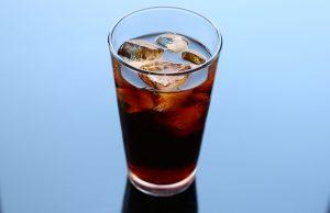 Auf flüssige Kalorien in Form von Cola, Limonaden, Energiedrinks und Säften sollte man nach Möglichkeit verzichten.