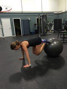 Ein Gymnastikball kann für effektive Übungen am Bauch, Beine und Po genutzt werden.