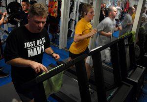 Wer tagsüber viel sitzt sollte Körperpartien fördern die die Ausdauer unterstützen, Also Laufen auf dem Laufband etc.