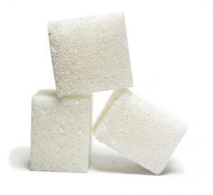 Gerade der einfache Zucker in süßen alkholfreien Getränken steht jeder Diät im Wege. So enthält eine Flasche Cola auf einem Liter gut 36 Stück Würfelzucker.