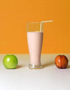 Durch die Kombination verschiedener Nährstoffe haben Proteinshakes biologische Wertigkeiten von über 100. Man spricht hier auf von Nutriton, dem englischen Wort für Ernährung.