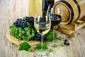 Abhängig von der Weinsorte enthalten 100 ml Wein gut 70 kcal.