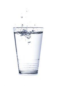 Mit 0 kcal auf 100 ml ist Wasser der Favorit in der Kategorie Kalorien alkoholfreie Getränke.