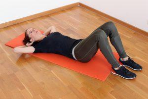 Zu den klassischen Übungen für den Bauch gehören die Sit-Ups oder Crunches genannt.