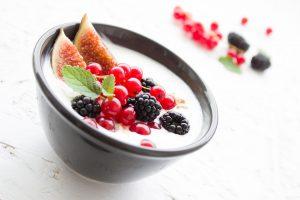 Joghurt kann mit leckeren Früchten zu gesunden Speisen vermischt werden die beim Abspecken helfen.