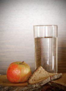Beim Fasten wird der Körper von Giftstoffen entschlackt und man nimmt ab.