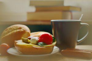 Verlagert man das Frühstück nach hinten, kann man im Alltag am leichtesten 14 Stunden Pause zwischen den Mahlzeiten einhalten.