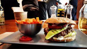 Fasten setzt auf den gezielten Verzicht von Nahrung über einen bestimmten Zeitraum und dient der Entschlakung des Körpers von Giftstoffen.