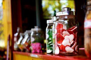 Der Konsum von zuviel Zucker führt zu Bauchfett.