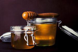 Honig unterscheidet sich als Zuckeralternative gesundheitlich kaum für den Körper.