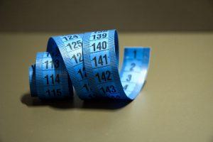 Der Körper verliert im Alter Muskeln. Wer wie gewohnt weiter isst nimmt also zu.