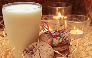 Heisse Milch mit Honig wird gern bei Halsschmerzen getrunken.