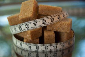 Brauner und weißer Zucker unterscheiden sich nur in ihrer Farbe.
