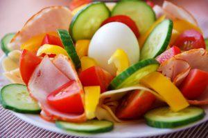 Die Best Life-Diät setzt auf eine Ernährungsumstellung mit viel Gemüse, 3 Mahlzeiten am Tag, einem Snack und Bewegung.