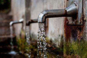 Pro Tag sollte man 3 Liter Wasser trinken.