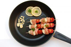 Auf Fleisch und gesättigte Fettsäuren sollte man verzichten beim abnehmen.