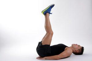 Bauchfett verlieren kann man nicht nur durch Bauchmuskelübungen wie den Revers-Crunch für die untere Bauchmuskulatur.