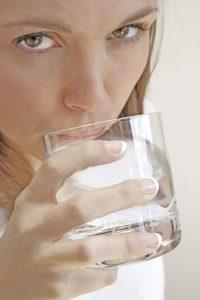 Pro Tag sollte man 2,5 bis 3 Liter Wasser trinken.