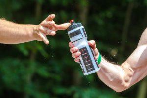 Beim Sport sollte man genügend Wasser trinken. Mindest 1 Liter pro Stunde.
