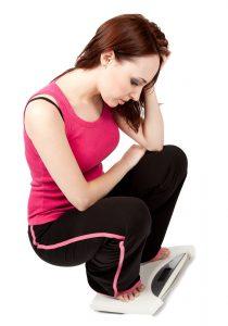 Wer sein Gewicht dauerhaft halten möchte, stellt die Ernährung um und treibt regelmäßig Sport.