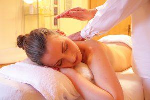 Eine Massage mit duftenden Ölen kann entspannend wirken.