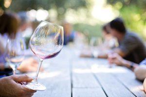 Ein Glas Rotwein gilt als gesund, enthält aber auch viele Kalorien.