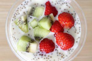 Chia-Samen kann man in den Joghurt mischen.