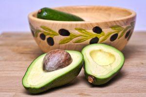 Durch eine gesunde Ernährung mit gesunden pflanzlichen Fette wie aus der Avocado verliert man auch an Gewicht.