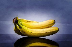 Bananen zum Frühstück sollen mit einem warmen Glas Wasser beim Abspecken helfen.