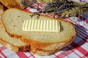 Bei der Ketose nutzt der Körper Fette wie Butter als Energielieferant anstelle von Kohlenhydraten wie in Brot.