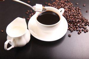 Kaffee entwässert nicht, aber Zucker und Milch sollte man bei einer Diät weglassen.