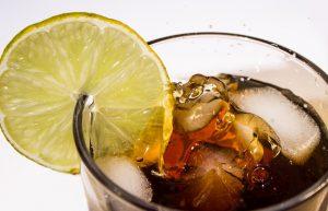Sprudelnde Softdrinks können den Appetit steigern und enthalten viele Kalorien.