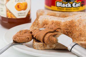 Das Frühstück darf reich an Kohlenhydraten sein, auch mit süßen Brotaufstrichen.