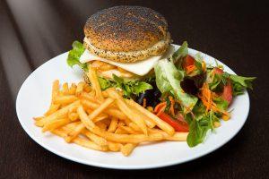 Buchinger Fasten setzt auf eine reduzierte Kalorienzufuhr.