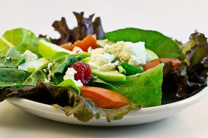 Auch Salate enthalten viele Ballaststoffe, wenig Kalorien und machen satt.