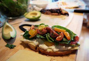 Avocado-Scheiben auf Vollkornbrot sind ein gesunder und schmackhafter Snack.