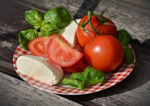 Basilikum-Diät, frischer Basilikum passt nicht nur gut zu Tomaten und Mozzarella auch hilft er beim Abnehmen.