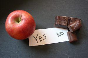 Was man beim Abnehmen beachten sollte. Einen Schokoladen-Snack sollte man besser durch einen Apfel ersetzen.