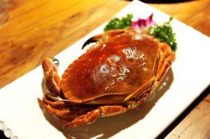 Chitosan wird aus Chitin hergestellt welches in den Schalen und Panzern von Krabben, Krebsen und Garnelen enthalten ist.